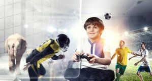 παίζοντας βίντεο παιχνιδιών αγοριών Μικτά μέσα Στοκ φωτογραφίες με δικαίωμα ελεύθερης χρήσης