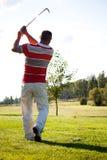 Παίζοντας γκολφ ατόμων Στοκ Φωτογραφίες
