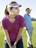 Παίζοντας γκολφ γυναικών με τον αρσενικό φίλο Στοκ εικόνα με δικαίωμα ελεύθερης χρήσης