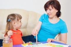 παίζοντας γυναίκα μωρών στοκ φωτογραφίες με δικαίωμα ελεύθερης χρήσης