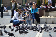 παίζοντας γυναίκα παιδιών Στοκ εικόνα με δικαίωμα ελεύθερης χρήσης