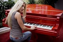 παίζοντας γυναίκα πιάνων Στοκ φωτογραφία με δικαίωμα ελεύθερης χρήσης