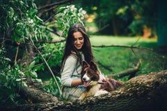 παίζοντας γυναίκα σκυλ&io Στοκ Εικόνες