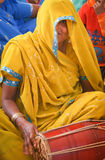 παίζοντας γυναίκα τυμπάνω& Στοκ Φωτογραφίες