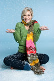 παίζοντας γυναίκα χιονι&omic στοκ φωτογραφία με δικαίωμα ελεύθερης χρήσης