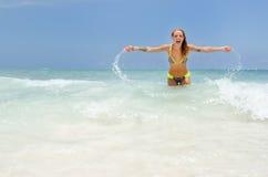παίζοντας γυναίκα ύδατοσ στοκ φωτογραφίες