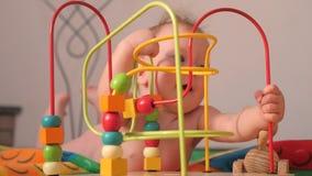 Παίζοντας δραστηριότητα για το μικρό παιδί Ανάπτυξη του λεπτού υποβάθρου δεξιοτήτων μηχανών Λεπτή πρόκληση μηχανών Παιχνίδια και  απόθεμα βίντεο