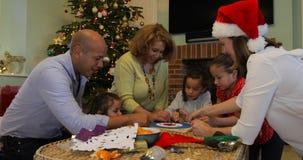 Παίζοντας επιτραπέζια παιχνίδια στα Χριστούγεννα απόθεμα βίντεο