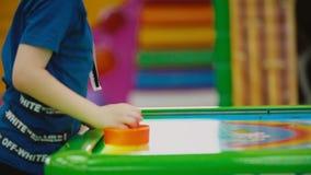 Παίζοντας επιτραπέζιο παιχνίδι αγοριών απόθεμα βίντεο
