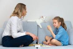 Παίζοντας επιτραπέζιο παιχνίδι μητέρων και κορών Στοκ Εικόνα