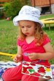 Παίζοντας επιτραπέζιο παιχνίδι μικρών κοριτσιών Στοκ εικόνες με δικαίωμα ελεύθερης χρήσης