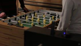 Παίζοντας επιτραπέζιο ποδόσφαιρο απόθεμα βίντεο