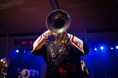 Παίζοντας ζωντανή μουσική ζωνών μουσικής κατά τη διάρκεια της απόδοσης Στοκ Εικόνες
