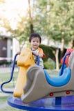 Παίζοντας διασκέδαση μικρών παιδιών στην παιδική χαρά Στοκ εικόνα με δικαίωμα ελεύθερης χρήσης