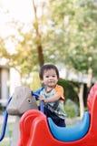 Παίζοντας διασκέδαση μικρών παιδιών στην παιδική χαρά Στοκ εικόνες με δικαίωμα ελεύθερης χρήσης