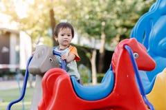 Παίζοντας διασκέδαση μικρών παιδιών στην παιδική χαρά Στοκ Εικόνες