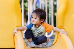 Παίζοντας διασκέδαση μικρών παιδιών στην παιδική χαρά Στοκ φωτογραφίες με δικαίωμα ελεύθερης χρήσης