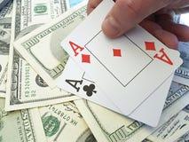 Παίζοντας κίνδυνος ευκαιρίας επιτυχίας μετρητών πόκερ υποβάθρου δολαρίων καρτών Στοκ εικόνα με δικαίωμα ελεύθερης χρήσης