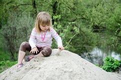 Παίζοντας κορίτσι Στοκ φωτογραφία με δικαίωμα ελεύθερης χρήσης