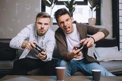 Παίζοντας κόμμα Gamers στοκ εικόνα με δικαίωμα ελεύθερης χρήσης