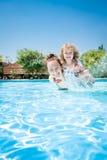 παίζοντας λίμνη μητέρων παιδιών ευτυχής Στοκ φωτογραφίες με δικαίωμα ελεύθερης χρήσης