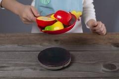 Παίζοντας μάγειρας μικρών παιδιών Στοκ εικόνες με δικαίωμα ελεύθερης χρήσης