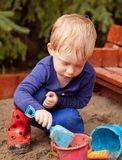 παίζοντας μικρό παιδί άμμου Στοκ φωτογραφίες με δικαίωμα ελεύθερης χρήσης