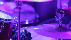 Παίζοντας μουσική ατόμων στα τύμπανα απόθεμα βίντεο