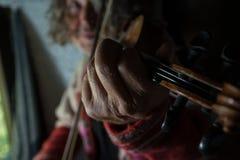 Παίζοντας μουσική ατόμων στο βιολί στο εσωτερικό Στοκ φωτογραφίες με δικαίωμα ελεύθερης χρήσης