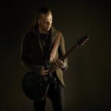 Παίζοντας μουσική ροκ κιθαριστών Στοκ Φωτογραφίες