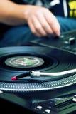 Παίζοντας μουσική του DJ από την περιστροφική πλάκα Στοκ Εικόνες