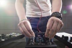 Παίζοντας μουσική του DJ στην κινηματογράφηση σε πρώτο πλάνο αναμικτών Στοκ Φωτογραφία