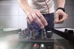 Παίζοντας μουσική του DJ στην κινηματογράφηση σε πρώτο πλάνο αναμικτών Στοκ φωτογραφίες με δικαίωμα ελεύθερης χρήσης
