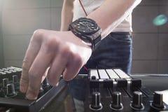 Παίζοντας μουσική του DJ στην κινηματογράφηση σε πρώτο πλάνο αναμικτών Στοκ Εικόνα