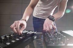 Παίζοντας μουσική του DJ στην κινηματογράφηση σε πρώτο πλάνο αναμικτών Στοκ εικόνες με δικαίωμα ελεύθερης χρήσης