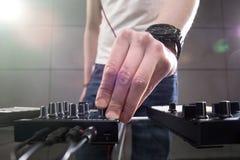 Παίζοντας μουσική του DJ στην κινηματογράφηση σε πρώτο πλάνο αναμικτών Στοκ Φωτογραφίες