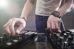 Παίζοντας μουσική του DJ στην κινηματογράφηση σε πρώτο πλάνο αναμικτών Στοκ Εικόνες