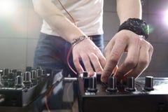 Παίζοντας μουσική του DJ στην κινηματογράφηση σε πρώτο πλάνο αναμικτών Στοκ εικόνα με δικαίωμα ελεύθερης χρήσης