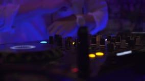Παίζοντας μουσική του DJ στην υγιή κονσόλα στο γεγονός χορού στο κόμμα λεσχών νύχτας Φορέας αναμικτών του DJ και κονσόλα μουσικής απόθεμα βίντεο