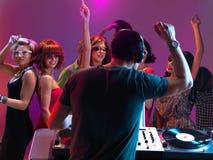 Παίζοντας μουσική του DJ στη λέσχη νύχτας Στοκ Εικόνα
