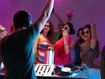 Παίζοντας μουσική του DJ στη λέσχη νύχτας Στοκ Εικόνες