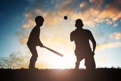 Παίζοντας μπέιζ-μπώλ αγοριών με τον πατέρα του στοκ φωτογραφία με δικαίωμα ελεύθερης χρήσης