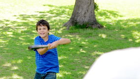 Παίζοντας μπέιζ-μπώλ παιδιών χαμόγελου με τον πατέρα του απόθεμα βίντεο