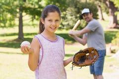Παίζοντας μπέιζ-μπώλ πατέρων και κορών στοκ εικόνα με δικαίωμα ελεύθερης χρήσης