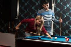 Παίζοντας μπιλιάρδο ζεύγους Στοκ Φωτογραφία