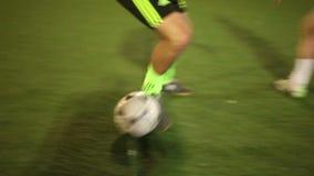 παίζοντας νεολαία ποδο&si Τα τεχνάσματα ποδοσφαιριστών, παίρνουν έναν εξοπλισμό, κανόνες σπασιμάτων ομάδων απόθεμα βίντεο