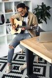 παίζοντας νεολαίες μουσικών κιθάρων Στοκ Εικόνες