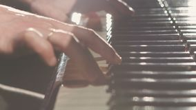 παίζοντας νεολαίες γυναικών πιάνων απόθεμα βίντεο