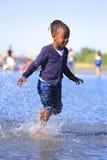 παίζοντας νεολαίες ύδατος κοριτσιών Στοκ φωτογραφία με δικαίωμα ελεύθερης χρήσης