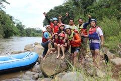 Παίζοντας ομάδας ανθρώπων σε έναν ποταμό που έχει μια βαριά ροή, στοκ εικόνες